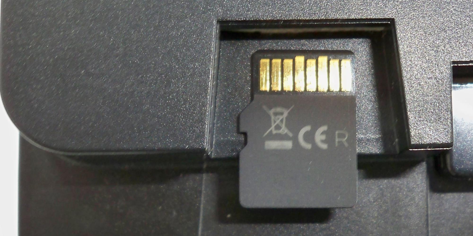 ALAN Schritt für Schritt: Positionieren und Anlegen der µSD-Karte an BRAIN vor dem Einschieben
